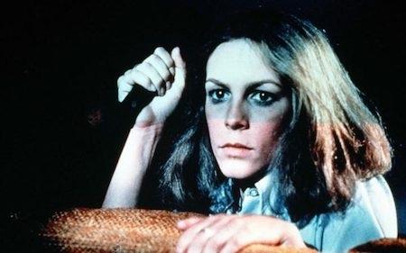 """""""Halloween"""" (1978) hiển nhiên là một trong những bộ phim không thể bỏ lỡ khi mùa Halloween đến. Tác phẩm của John Carpenter cũng là phần phim mở màn trong loạt phim về tên sát nhân tâm thần Michael Myers, kẻ reo rắc nỗi sợ hãi cho bao thế hệ khán giả."""