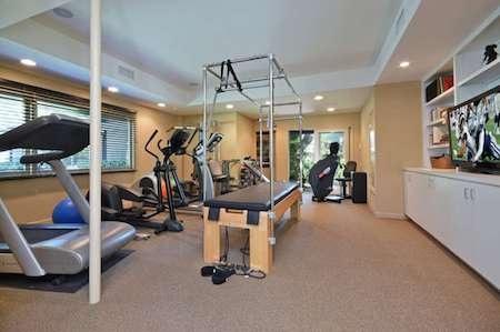 Ngôi biệt thự còn sở hữu một phòng tập gym…