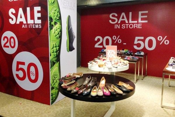 Gian hàng giày dép đang giảm giá tới 50% trước khi dọn đi