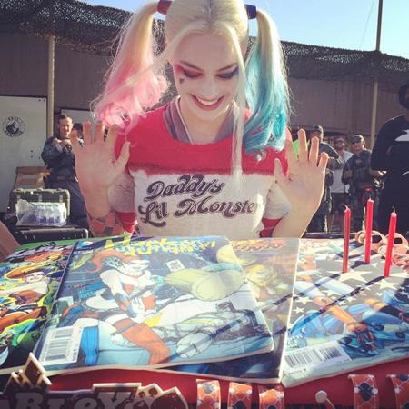 """Margot Robbie hết sức vui mừng khi được các đồng nghiệp trong phim """"Suicide squad"""" tặng một chiếc bánh sinh nhật mang thương hiệu ác nhân Harley Quinn"""