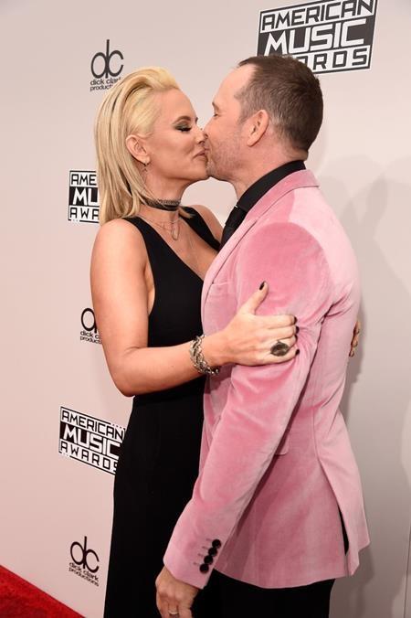 Đôi vợ chồng Jenny McCarthy - Donnie Wahlberg tình tứ trước ống kính