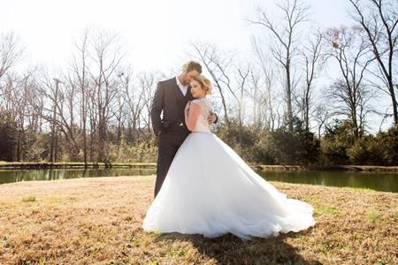 """Thí sinh The Voice Mỹ Raelynn Woodward đã lên xe hoa với người bạn trai Josh Davis trong một hôn lễ lãng mạn ở Nashville vào hôm 27/2. Điều đặc biệt là dàn khách mời trong hôn lễ còn có cả huấn luyện viên của cô dâu, """"ông hoàng dòng nhạc đồng quê"""" Blake Shelton."""