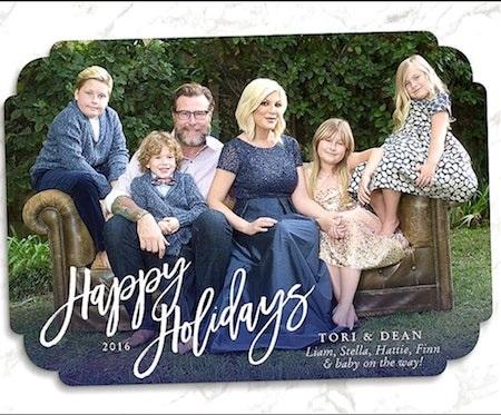 Trong năm tới, gia đình 6 người của Tori Spelling và Dean McDermott sẽ tiếp tục được gia tăng thêm quân số khi Tori cũng đã để lộ ra vòng hai bầu bí khá rõ trên tấm thiệp Giáng sinh