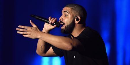 """Sau thành công của album """"View"""", Drake đã hoàn toàn """"đốn gục"""" các tín đồ âm nhạc để thống trị hàng loạt bảng xếp hạng và trở thành giọng ca nổi bật nhất nửa đầu năm 2016. Ngoài âm nhạc, Drake còn khiến công chúng phải xôn xao với cuộc tình chóng vánh cùng Rihanna và nghi án hẹn hò đàn chị Jennifer Lopez."""