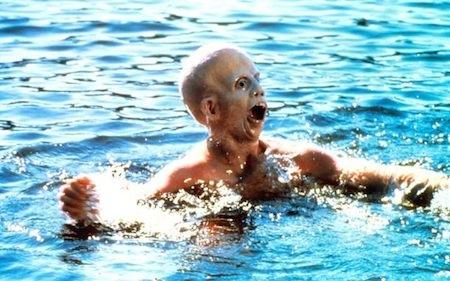 """""""Friday the 13th"""" (1980) chính là phần phim mở đầu cho loạt phim kinh dị ăn khách nói về những vụ giết người hàng loạt bí ẩn xảy ra tại khu vực cắm trại mang tên hồ Crystal Lake được gây ra dưới bàn tay của một tên sát nhân huyền thoại chuyên đeo mặt nạ khúc côn cầu sắt, Jason Voorhees. Tính đến nay, thương hiệu phim kinh dị này đã có hơn 10 phần phim và thu về hàng trăm triệu đô la Mỹ doanh thu phòng vé."""
