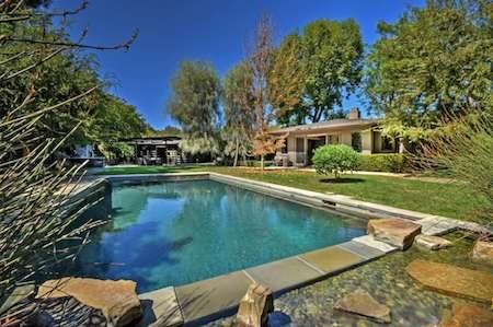 … hồ bơi rộng rãi trong nhà…