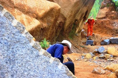 Mặc dù tai nạn nghề nghiệp, bệnh tật luôn rình rập nhưng các phu đá không quan tâm mấy đến vấn đề bảo hộ lao động.