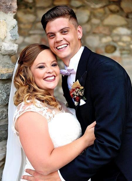 Sau 10 năm gắn bó mặn nồng, cuối cùng hai ngôi sao Catelynn Lowell và Tyler Baltierra cũng quyết định nên vợ nên chồng với một hôn lễ trong mơ tổ chức ở Charlevoix, Michigan.