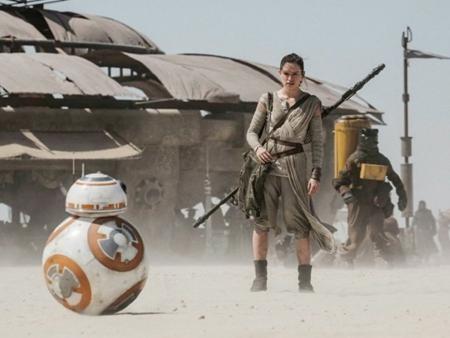 """Sau nhiều năm chờ đợi, loạt phim """"Star wars"""" đã chính thức tái xuất với phần 7 """"The Force Awakens"""". Sự kết hợp hài hòa giữa các ngôi sao cũ và mới cùng bàn tay nhào nặn tài hoa của đạo diễn J.J. Abrams đã giúp """"The Force Awakens"""" gây sốt trên toàn cầu và """"cá kiếm"""" tới hơn 2 tỉ đô la doanh thu phòng vé."""