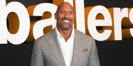 """Xuất thân là đô vật chuyên nghiệp nhưng Dwayne Johnson lại hết sức có duyên với điện ảnh và liên tục góp mặt trong hàng loạt bộ phim như """"Get smart"""", """"The rundown"""", """"Walking tall"""", """"Tooth fairy"""", """"Doom"""", """"Hercules""""… Gần đây, bộ phim """"Moana"""" do Dwayne Johnson tham gia lồng tiếng cũng đã càn quét các rạp chiếu và tiếp tục cho thấy sức hút không nhỏ của """"The Rock"""". Vượt qua hàng loạt tên tuổi đình đám khác của Hollywood, Dwayne Johnson mới chính là nam diễn viên có thu nhập cao nhất thế giới trong năm qua với 64.5 triệu đô la Mỹ."""