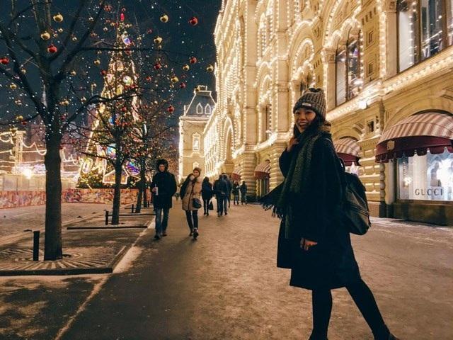 Tranh thủ tối muộn, mọi người đi chơi Noel ở Quảng trường Đỏ.