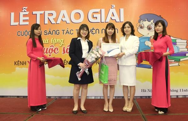 BTC trao tặng giải Nhất cuộc thi cho truyện ngắn Người đi nhặt hạnh phúc (tác giả Nguyễn Hồng Cúc).