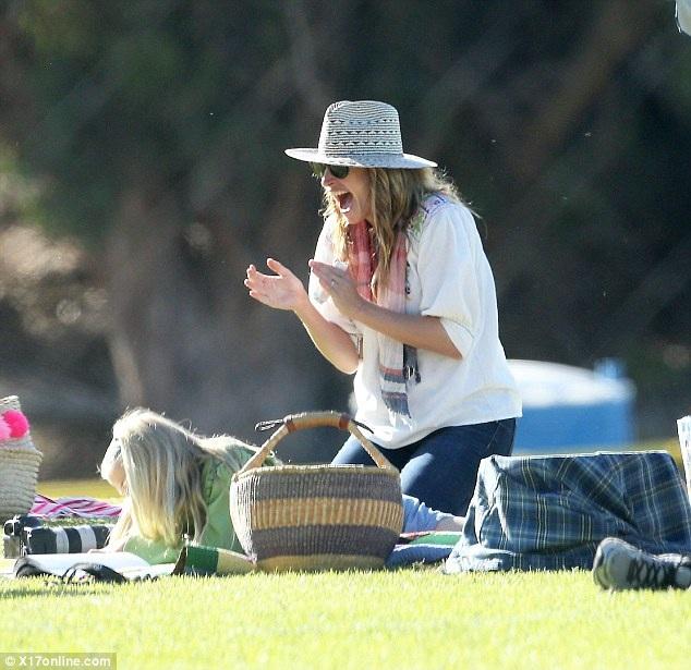 Julia Roberts đi xem con chơi đá bóng tại Malibu vào ngày cuối tuần