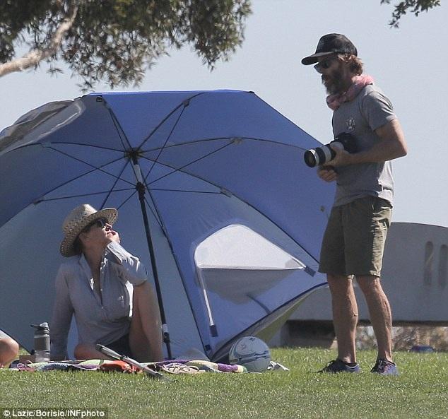 Nữ diễn viên 48 tuổi cùng chồng,nhà quay phim Daniel Moder nói chuyện vui vẻ khi xem các con đá bóng