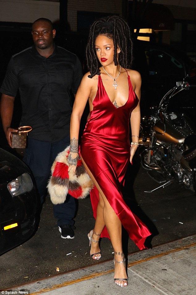 Rihanna khoe chân thon với váy xẻ cao trên đường phố New York ngày 6/10 vừa qua