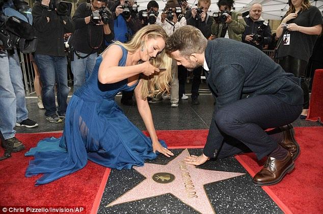 Kiều nữ Blake không quên lấy điện thoại chụp hình ngôi sao mang tên chồng Ryan Reynolds