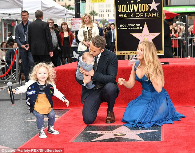 Sự kiện còn đặc biệt hơn khi Ryan Reynolds và Blake Lively lần đầu tiên đưa 2 con gái nhỏ xuất hiện trước ống kính phóng viên