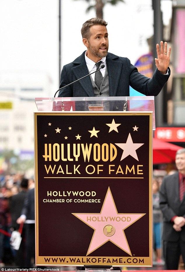 Ryan Reynolds xúc động trong bài phát biểu khi được nhận sao