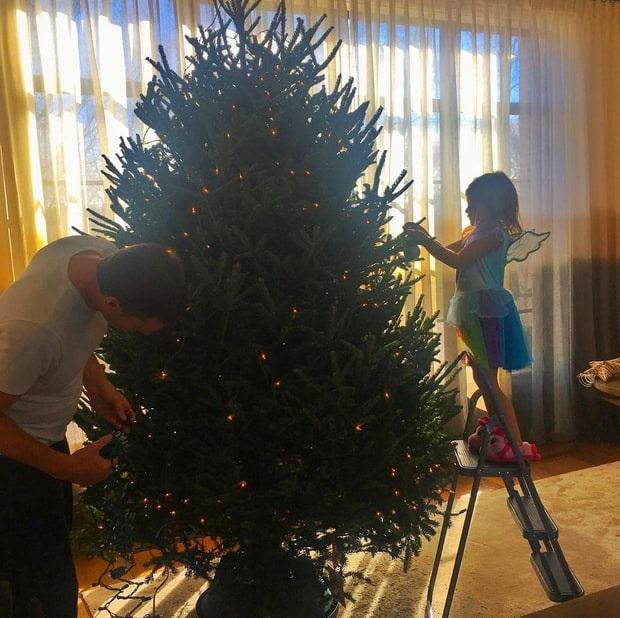 Gisele Bunchen khoe ảnh chồng Tom Brady và con gái nhỏ trang trí cây thông Noel trong phòng khách của gia đình