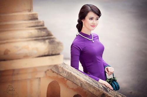 Hương Giang xinh đẹp, duyên dáng trong trang phục áo dài dân tộc