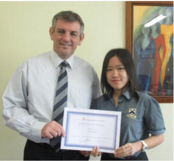 Quỳnh Anh cùng thầy Hiệu trưởng Hillcrest Highschool, thầy Kelvin Whiting