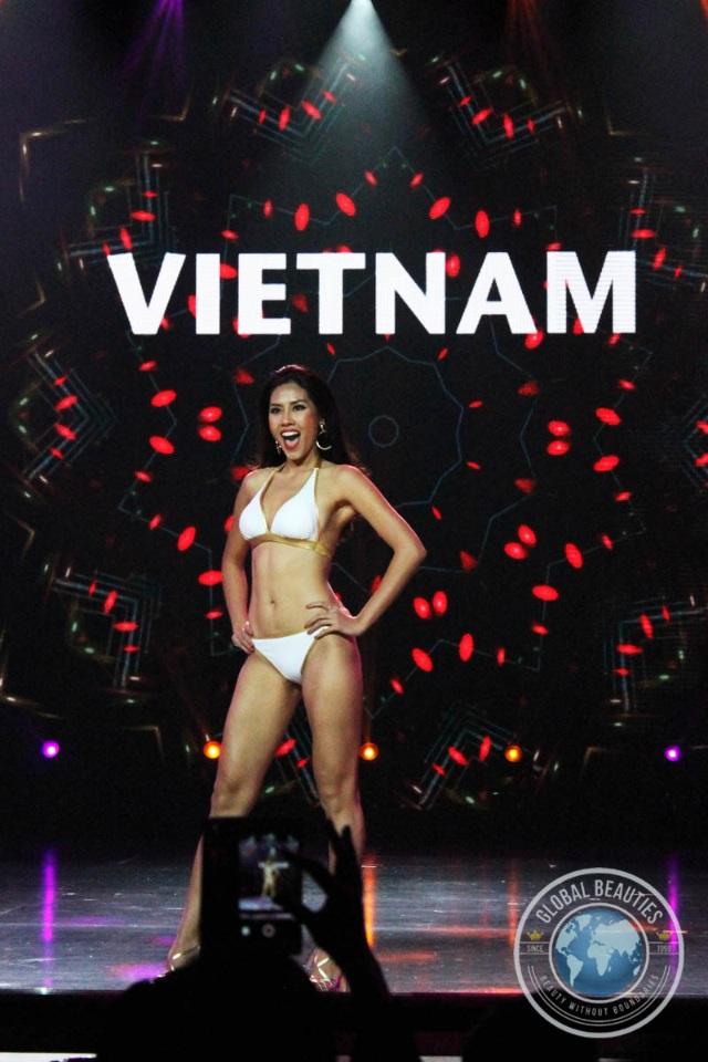 Đại diện của Việt Nam - Nguyễn Thị Loan trình diễn áo tắm trong đêm sơ khảo, ngày 25/10.