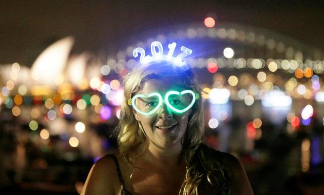 Charlotte Kent, từ Huddersfield (Anh) chờ xem bắn pháo hoa mừng năm mới tại Sydney, Australia. (Ảnh: Reuters)