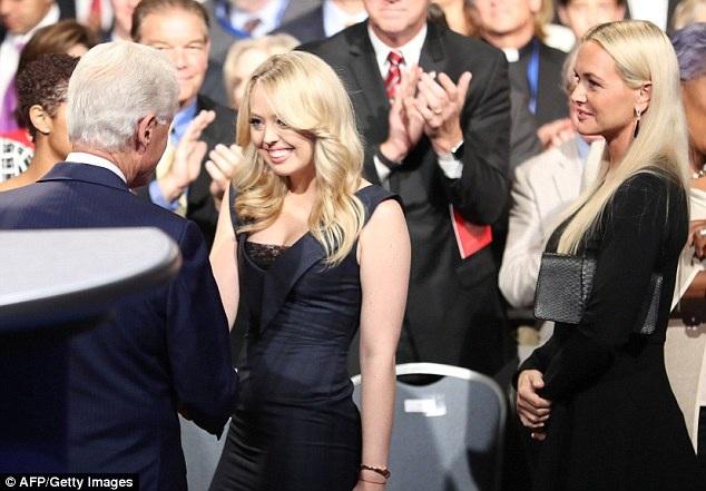 Ông Clinton lịch sự chào hỏi, bắt tay với tất cả các thành viên trong gia đình ông Trump tại buổi tranh luận.