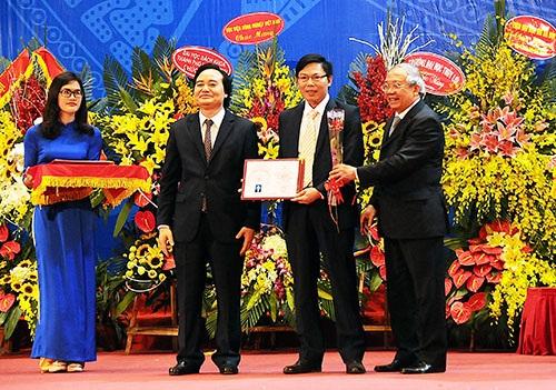 Bộ trưởng Bộ GD&ĐT Phùng Xuân Nhạ trao giấy chứng nhận chức danh Giáo sư tới tân GS Phạm Văn Điển, trường ĐH Lâm Nghiệp Việt Nam