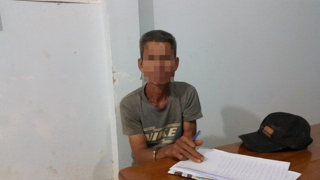 Nghi can H.V.Th. đang bị tạm giữ tại UBND xã Đắk Ngo