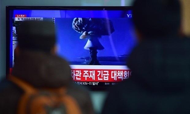 Người dân Hàn Quốc theo dõi tin tức về vụ thử nghiệm bom nhiệt hạch của Triều Tiên (Ảnh: AFP)
