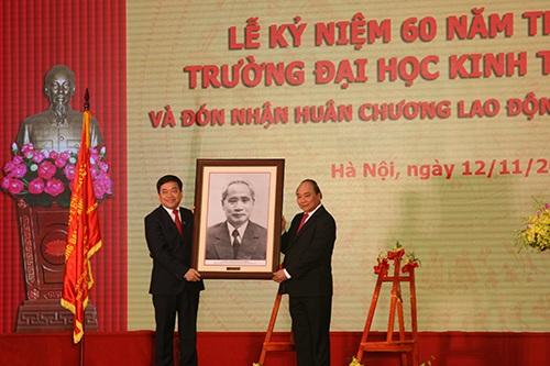 Thủ tướng Nguyễn Xuân Phúc tặng bức ảnh Cố Thủ tướng Phạm Văn Đồng (nguyên Hiệu trưởng danh dự của trường) tới trường ĐH Kinh tế quốc dân