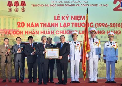 Thay mặt lãnh đạo Đảng, Nhà nước, Thủ tướng trao Huân chương Lao động hạng Nhất cho Trường Đại học Kinh doanh và Công nghệ Hà Nội