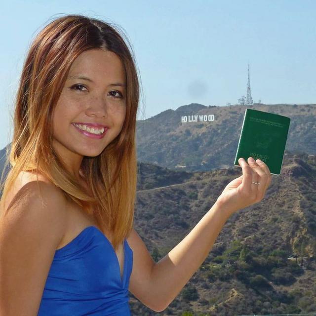Hồ Thu Hương cầm cuốn hộ chiếu xanh của Việt Nam đi quanh thế giới, đến nay cô đã đặt chân đến 27 quốc gia, sống ở 4 châu lục.