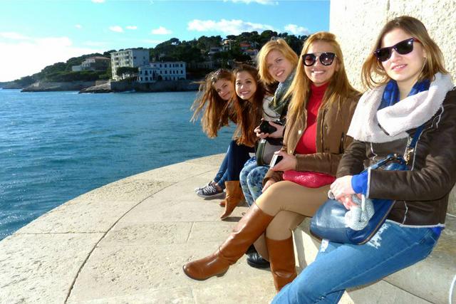 Hương và các bạn cùng trường tại Marseille, Pháp.