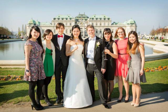 Hương (phải, ngoài cùng) và các bạn thành viên khối Asia-Europe Foundation tại Dinh Schönbrunn ở Wien, Áo.