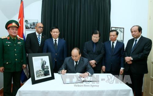 Thủ tướng Nguyễn Xuân Phúc ghi sổ tang chia buồn ở Đại sứ quán Cộng hòa Cuba tại Việt Nam.