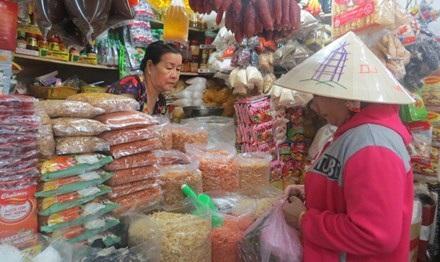 Nhiều tiểu thương ở chợ không dám trữ hàng tết vì sợ ế