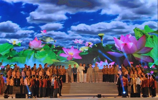 Ấn tượng nhất trong chương trình nghệ thuật là sự xuất hiện của NSƯT Tiến Hợi thể hiện hình tượng Bác Hồ.