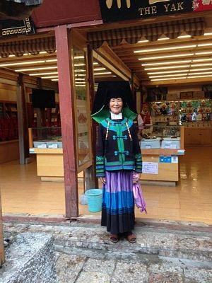 Trang phục Naxi truyền thống cổ xưa vẫn được người phụ nữ này mặc mỗi ngày... cho du khách chụp hình.