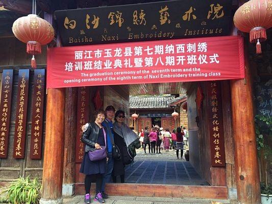 Tham quan cửa hàng tranh thêu truyền thống của người Naxi ở Lệ Giang