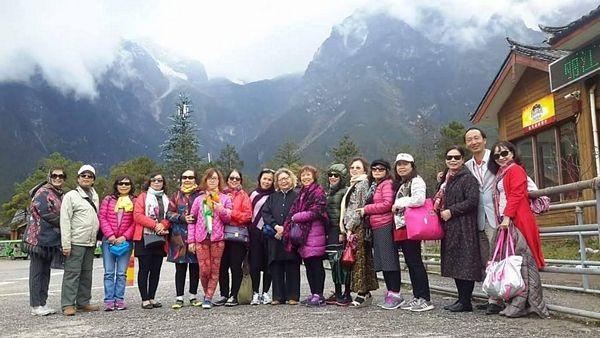 Nhóm du khách Việt Nam tham quan núi tuyết Ngọc Long ở Lệ Giang