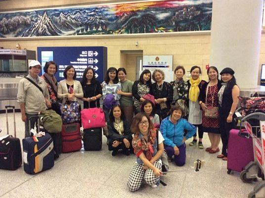 Nhóm du khách Việt Nam tới sân bay Côn Minh cuối tháng 10/2016.
