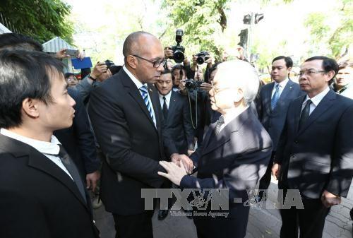 Tổng Bí thư Nguyễn Phú Trọng chia buồn với Đại sứ Cuba Herminio Lope Diaz. Ảnh: Trí Dũng /TTXVN