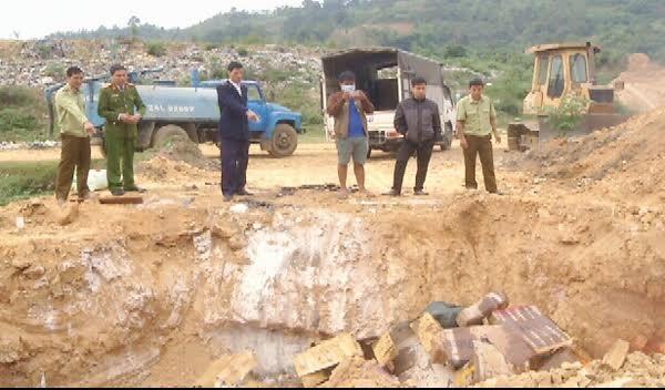 Các lực lượng chức năng tỉnh Lào Cai và thành phố Lào Cai tổ chức tiêu hủy hơn 1.500 kg nội tạng gia cầm và thịt động vật đông lạnh không rõ nguồn gốc bị thu giữ ngày 28/11/2016. Ảnh Báo Lào Cai