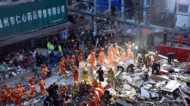Hơn 800 nhân viên cứu hộ được triển khai tới hiện trường. (Ảnh: Getty)