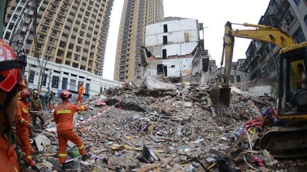 Bốn tòa nhà tập thể cũ ở Ôn Châu đổ sập hàng loạt. (Ảnh: Getty)
