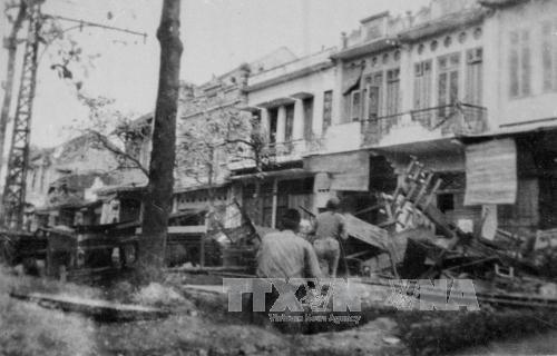 Quân dân Hà Nội chiến đấu trên đường phố, đáp lời kêu gọi Toàn quốc kháng chiến của Chủ tịch Hồ Chí Minh, đêm 19/12/1946. Ảnh: TTXVN