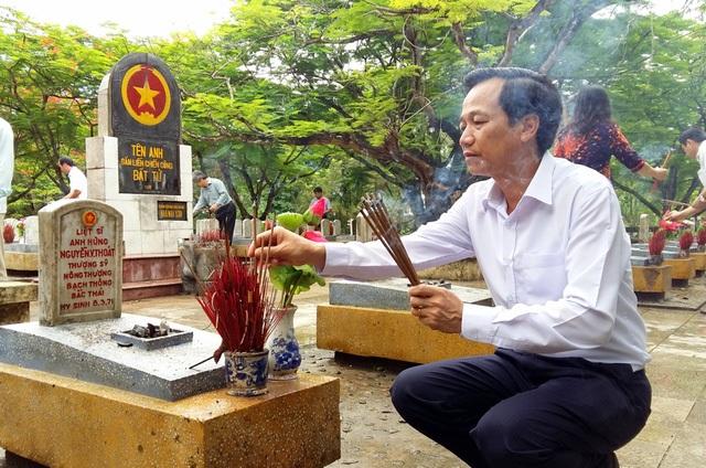 Bộ trưởng Đào Ngọc Dung thắp hương tại mộ các liệt sĩ tại Nghĩa trang Trường Sơn.