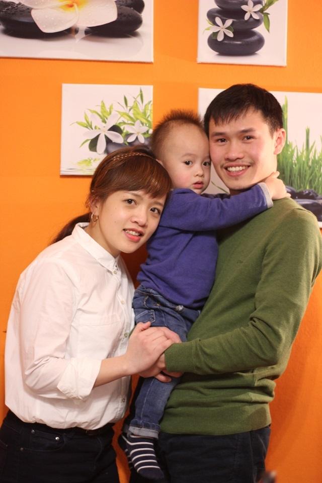 TS Lưu Trần Trung (phải) và gia đình nhỏ của mình.